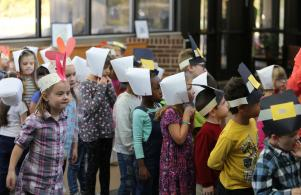 Elm students eagerly await a Thanksgiving meal